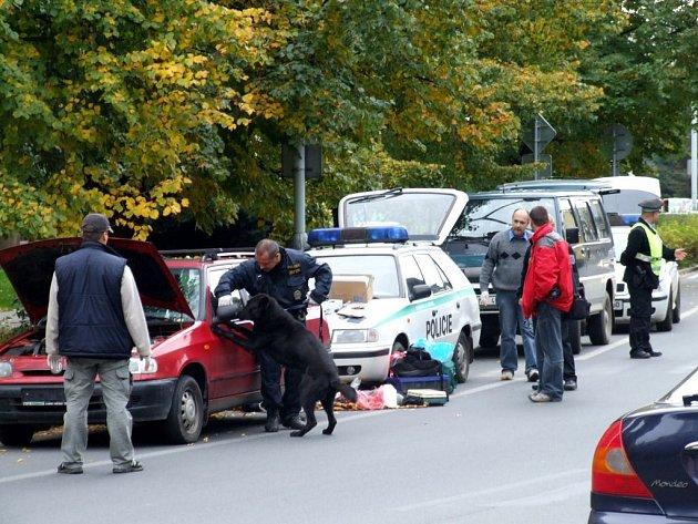 Jako z akčního filmu vypadal včerejší policejní zásah na křižovatce ulic Budovatelů a Jesenické v Krnově. Mladého muže ve škodovce vyhmátli krátce před půl desátou dopoledne.