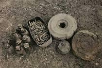 Sověti měli v Krnově na Kabátově kopci tankodrom a střelnici. Před odchodem se vojáci zbavovali převážně cvičné munice tak, že ji zakopali nebo zahrnuli do příkopy. Zdroj: MěÚ Krnov.