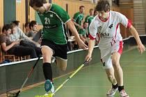Krnovskému florbalovému áčku se víkendový ligový turnaj vydařil, Krnováci uhráli šest bodů a dotáhli se na čelo. Na snímku uniká soupeři velká posila Orcy Jaroslav Hlaváček (vlevo).