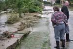 Porovnejme současnou situaci s archivními snímky z Opavice. Autobusová zastávka a zábradlí jsou dnes na stejném místě jako při povodních v roce 2007.