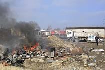 Hustý černý dým byl důvodem výjezdu městské policie. Z dosud nezjištěných příčin vzplál odpad uskladněný v Zahradní ulici.
