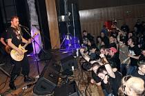 DOMÁCÍ HELPNESS představili na Prajzském rockovém jaru dvě nové i několik dalších skladeb z posledního alba Fatal Formation. U mikrofonu Pavel Herich.