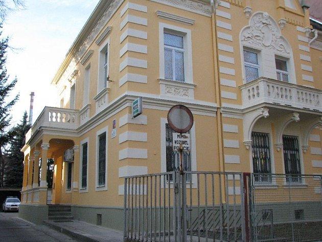 V těchto dnech mohli občané Krnovska poprvé prohlédnout dokončené dílo a posoudit, jak policejní služebně prospěla renovace fasády.
