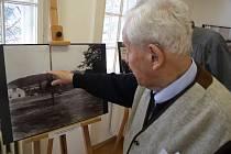 Kurt Schmidt při návštěvě výstavy starých fotografií vzpomínal, co prožil na konci války doma na Cvilíně jako šestnáctiletý mladík.
