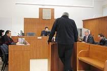 Znalec v oboru dopravy Ivan Krejsa (zády) u soudu uvedl, že s kamionem Volvo vyjel slovenský šofér Vladimír Bazala (vpravo) nade vší pochybnost do protisměru, kde smetl protijedoucí felicii.