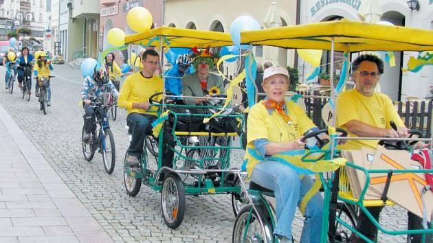 Krnovské barvy modrá a žlutá dominovaly cyklojízdě, která v pondělí podpořila Evropský týden mobility a zvala veřejnost na sousedskou slavnost Zažít město jinak, která se koná v sobotu 26. září v okolí krnovského divadla od 14 do 17 hodin.