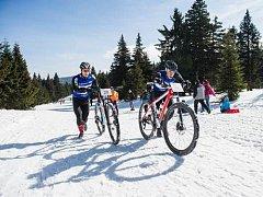 Pořád do kopce a na plný plyn. To byl Jesenický zimní triatlon.