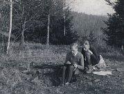 Erwin Schinzel projevil velký výtvarný talent už v dětství. Na snímku z rodinného alba jako dvanáctiletý hoch maluje na Cvilíně krásu přírody poblíž Šelenburku.