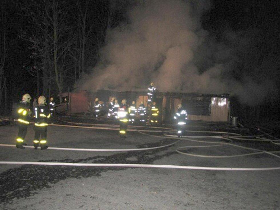 Krátce po půlnoci v pondělí 16. listopadu zachvátil stánek s občerstvením v Karlově pod Pradědem požár.