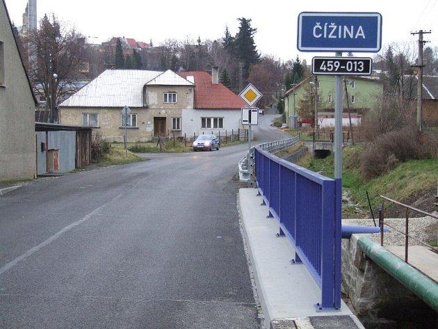 Nový most přes řeku Čížinu v Luhách vystavěli Hornobenešovští ještě předtím, než se vrhnou na centrální opravu silnice vedoucí do Lichnova.