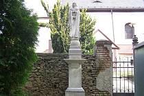 Socha Panny Marie Sedmibolestné z roku 1862 po odstranění nánosů, usazenin a lišejníků má opět světlou barvu