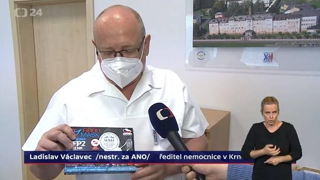 Návštěvníci očkovacího centra v Břidličné dostávají na památku respirátor se jménem senátora Ladislava Václavce.