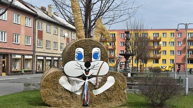 Osoblažské náměstí zkrášlil obří velikonoční zajíc.
