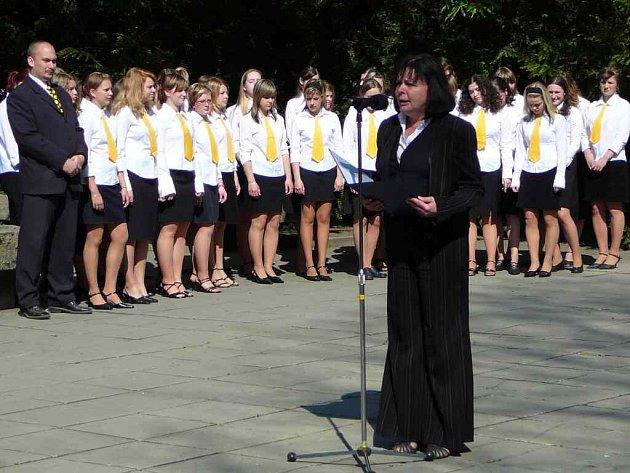 Význam tohoto výročí zhodnotila starostka Krnova Renata Ramazanová a státní hymnu zazpíval dívčí sbor Ars voce.