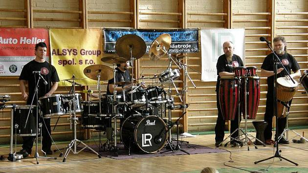 Děti bubnování s hudebníky z uskupení Jumping Drums velmi těšilo, dobře se při něm uvolnily a zároveň pobavily.