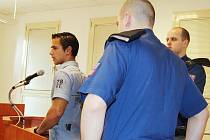 Jiří Šindelář před soudem. Vloni tento muž znásilnil v Bruntále šestnáctiletou školačku. Včera u soudu ale zarputile tvrdil, že se mu oddala dobrovolně.