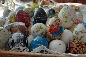 Paní Zdislava Menšíková z Dětmarovic vyrábí kraslice hned z několika druhů vajec.