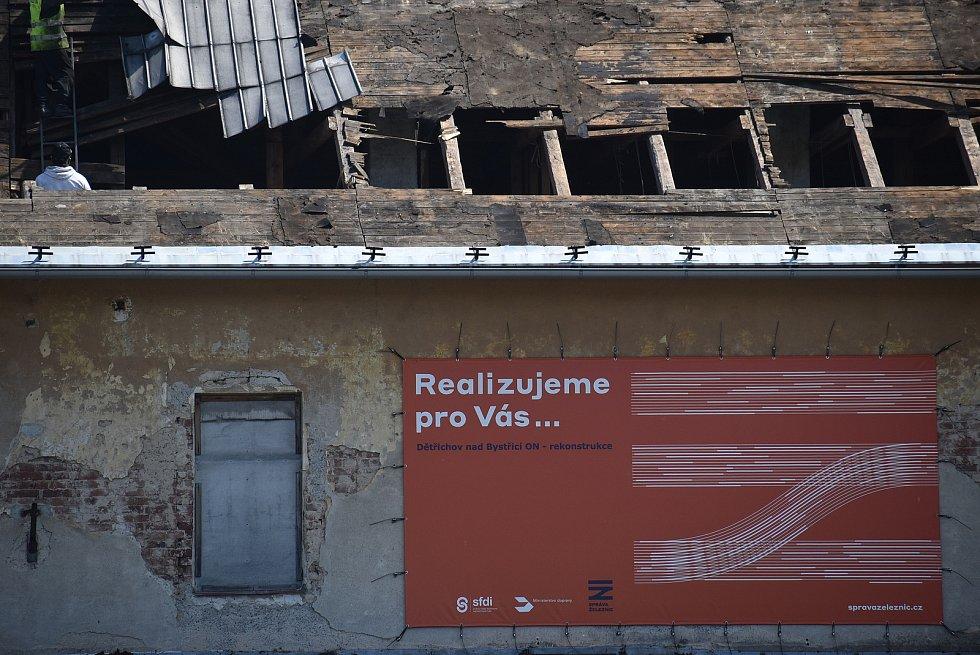 Z nádraží Dětřichov nad Bystřicí leží chtěly spolky vybudovat turistickou a cyklistickou základnu. Pro stát je ale prioritou parkoviště co nejblíž u kolejí. Demolice historického nádraží z roku 1872  právě začíná.