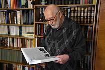 """Historik a archeolog Jiří Karel v pětaosmdesáti letech  vydává výpravnou  publikaci """"Rýmařov v dějinách"""" jako završení svého celoživotního díla. Jeho kniha  má rozsah tisíc stran. Stojí 1200 korun."""