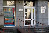 Město Krnov prodá za dva miliony mateřskou školku u pedagogické školy Kateřině Sidopulu, která zde provozuje dětské studio Racek. Opozice kritizuje, že se školka prodala pod cenou.