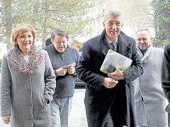 Ministr financí Andrej Babiš při návštěvě ve Vrbně pod Pradědem. Vlevo starostka města Květa Kubíčková, za ní městský radní a předseda Spolku Přátelé Vrbenska Karel Michalus.