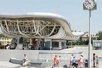 Dopravní terminál je vybaven rovněž vodním prvkem, hodinami, informacemi o spojích nebo sociálním zařízením.