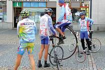 Cyklistům vloni pršelo. Ani počasí neodradilo mistra světa v jízdě na vysokém kole Josefa Zimovčáka a jeho doprovod od startu.
