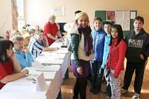 """Blanka Hrušková se drží Komenského hesla """"Škola hrou"""". Dětem ukázala volební místnost."""