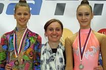 Zleva Tereza Palupčíková (bronz v obruči), trenérka Hana Smékalová a Barbora Smékalová (stříbro se švihadlem).