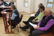 Znalkyně Marta Pajunčeková u bruntálského soudu popisovala fi nanční poměry společnosti Nemocnice Bruntál za působení Pavla Šatury, Bohuslava Špinara a Miloslava Bureše (shora).