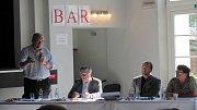 Rok 2014: V Krnově ve Slezském domově za jedním stolem usedli oponentní vodohospodář Václav Čermák, starosta Nových Heřminov Radek Sijka, technický ředitel Povodí Odry Petr Březina a starostka Krnova Alena Krušinová.