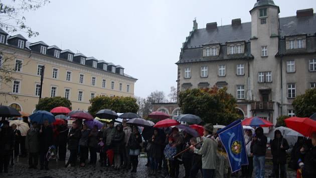 Státní svátek 28. října a sto let Československa si Krnované připomenuli navzdory deštivému a chladnému počasí u památníku před gymnáziem.