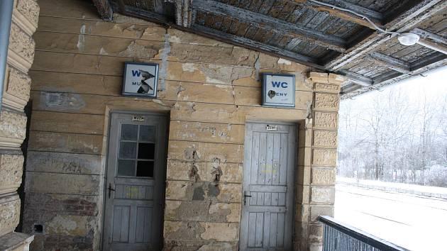 Nádraží v Dětřichově nad Bystřicí díky své bezvýznamnosti dlouho odolávalo modernizaci. Díky tomu se zde dochovala tato historická kuriozita: veřejné nádražní latríny.