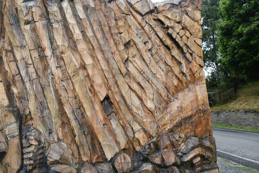 Turisty láká do Meziny Lávový proud, který vytvořila Venušina sopka, i ten dřevěný, který vyřezal František Nedomel z modřínu.
