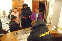 Přímo na zámku policisté sepisovali seznam evakuovaných osob.