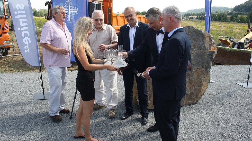 Výstavba obchvatu Krnova byla zahájena slavnostním poklepáním základního kamene.