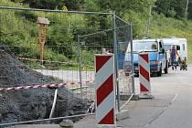Výměna vodovodu zasahuje částečně do silnice v Karlově pod Pradědem, žádné výraznější omezení ale motoristy nečeká.