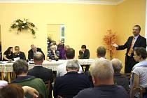 Technický ředitel Povodí Odry Petr Březina (vpravo) na zasedání heřminovského zastupitelstva všechny zaskočil tvrzením, že obec potřebuje nový územní plán, aby bylo možné zrušit stavební uzávěru, která brzdí rozvoj obce.