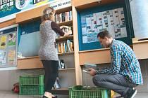 Krnovské nádraží ve vestibulu od tohoto týdne nabízí cestujícím regál plný knih. Pokud je některá z nich zaujme, mohou si ji zdarma půjčit na jízdu vlakem. Mohou ji vrátit do krnovského regálu nebo na kterémkoliv jiném nádraží.