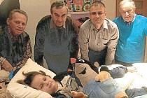 Sedmiletého Nikodéma Muce z polských Komprachtic navštívili přátelé z Města Albrechtic. Přivezli mu krtečka i příspěvek do sbírky na nákladnou léčbu. I takovou podobu může mít česko-polské partnerství.