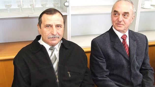 Odvážní zachránci Vladimír Stonáček (vpravo) spolu s Ludovítem Petríkem se stali loňskými Gentlemany silnic, jen díky jejich pomoci přežili havárii dva důchodci.