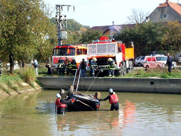 Rozsáhlé cvičení Integrovaného záchranného systému se uskutečnilo ve Slezských Rudolticích. V akci byli policisté, kteří pátrali po pachateli přepadení pošty a hasiči, kteří museli uhasit jedno hořící vozidlo a další vyprostit z vodní nádrže.
