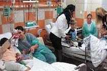Malí pacienti dětského oddělení nemocnice v Krnově se ve středu nestačily divit. Dva nové přístroje, které oddělení dostalo jako dar, totiž přijela předat samotná ředitelka Kapky naděje Vendula Auš Svobodová.