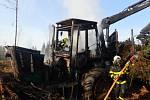 Harvestor v lesích u Lomnice začal hořet kvůli technické závadě.