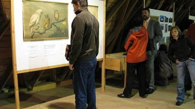 Expozice v Schindlerově stodole v Malé Morávce vytváří zdařilou atmosféru staré školy. Někteří návštěvníci výstavy neodolali a usedli do lavic.