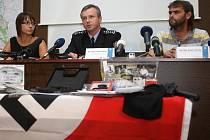 Policie za žhářský útok ve Vítkově na Opavsku obvinila čtyři extremisty. Budou se zodpovídat z pokusu o vraždu. Hrozí jim patnáct let vězení, případně i výjimečný až pětadvacetiletý trest.