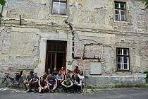 Mezinárodní workcamp v bývalém hraběcím pivovaru v Janovicích u Rýmařova. Červenec 2021.