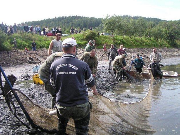 Za pár dní to budou tři roky, co rybářské sítě vylovily ryby z vodní nádrže v Chomýži nazývané Rusák.