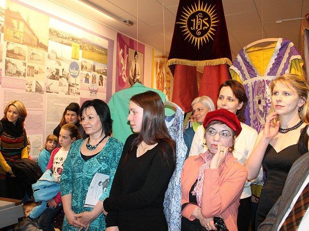 Výstava vbudově textilního podniku Hedva Brokát.