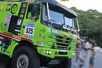 Kamion řízený Martinem Kolomým z Bruntálu zdraví diváci Rallye Dakar v Jižní Americe při jeho startu v Buenos Aires.